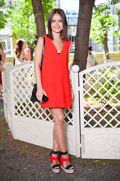 Mira Duma, fab style! Love the shoes and simple dress