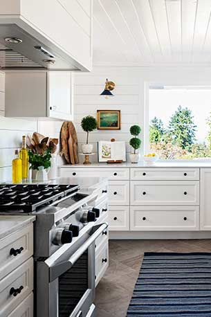 The Easiest Way To Clean Kitchen Cabinets Including Those Tough Grease Stains Kitchen Cabinets Clean Kitchen Cabinets Clean House Schedule