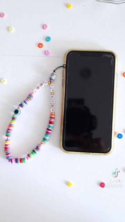 Creer des cordons de smartphone avec des hamabeads. Peux aussi etre decliner en bracelet / collier. Imitation perles heishi. Make smartphone jewelry / smartphone necklace