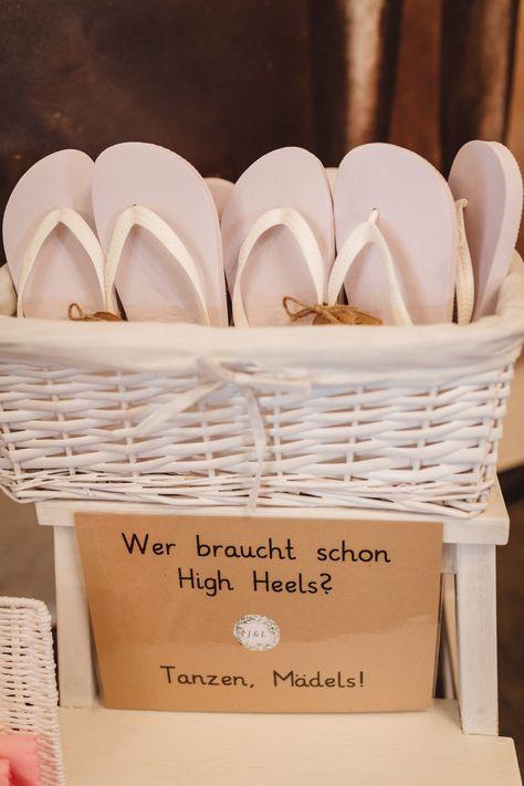 Flip Flops als Gastgeschenke Hochzeit, #gastgeschenk #hochzeit Rustikale DIY Hochzeit mit Wald und Hirschmotiv