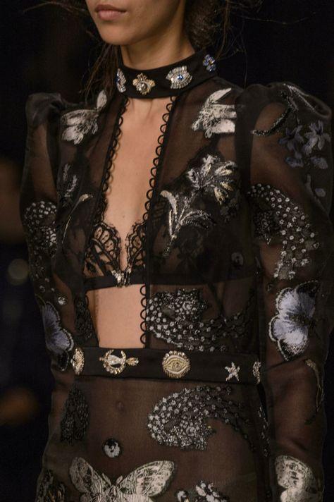 Alexander McQueen at London Fashion Week Fall 2016 - Fashion Show
