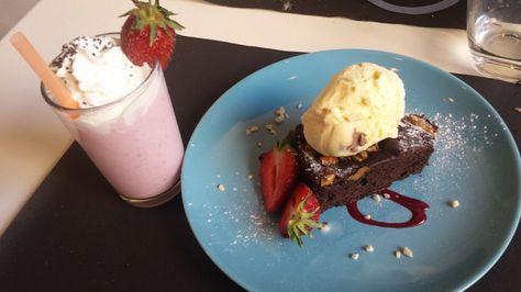 Brownie y batido de fresa