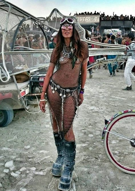 Learn about the best festival fashion outfits over at RaveHackers.com