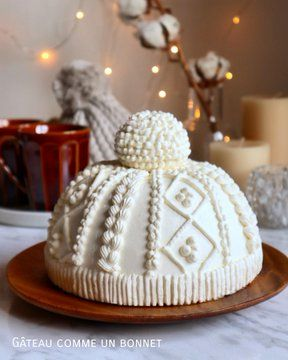 Winter cap cake by Its so creative and the details is so perfect! it's so cold in Paris ▪️ ▪️ Pretty Cakes, Cute Cakes, Beautiful Cakes, Amazing Cakes, Christmas Treats, Holiday Treats, Christmas Cookies, Holiday Cakes, Christmas Cake Decorations