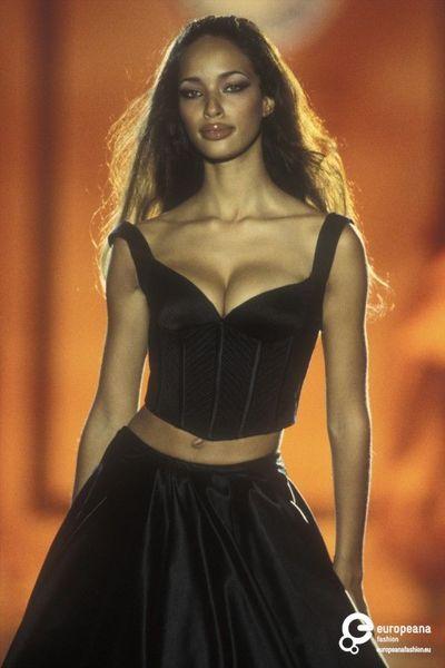 Brandi Quiñones for Gianni Versace, Autumn-Winter Couture 90s Fashion, Runway Fashion, Fashion Models, High Fashion, Winter Fashion, Vintage Fashion, Fashion Show, Fashion Outfits, Womens Fashion