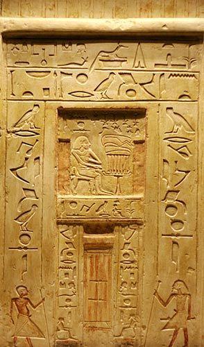 La Estela de Falsa Puerta fue un elemento arquitectónico de madera o piedra relacionado con la vida póstuma del difunto y, en el Reino Antiguo, pudieron ser la imitación de otras más arcaicas, hechas con elementos vegetales. Se trata de una puerta simulada, cubierta con jeroglíficos e imágenes del fallecido, que se colocaba en los enterramientos o en los templos funerarios orientada al Oeste. Ante ella se colocaban las mesas de ofrendas con la comida, es decir, los alimentos y la bebida con…