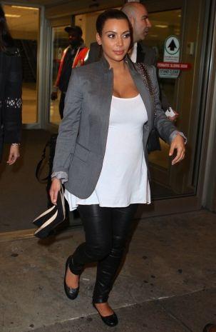 Kim-Kardashian in giacca Stella McCartney e scarpe e pantaloni Balenciaga