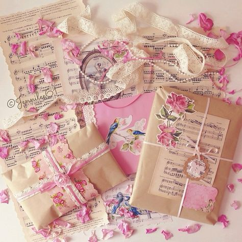 pretty packaging Seaweed Kisses: For the love of snail mail- Jenni Pen Pal Letters, Pocket Letters, Cicely Mary Barker, Envelopes Decorados, Wrapping Ideas, Gift Wrapping, Aesthetic Letters, Mail Art Envelopes, Snail Mail Pen Pals