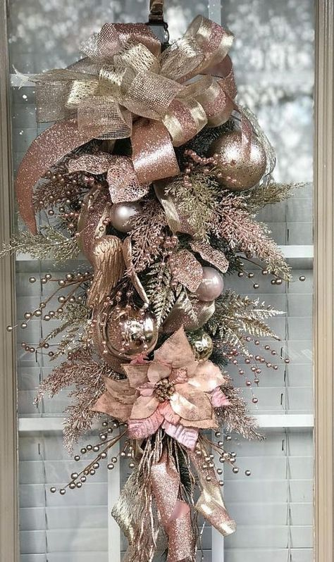 Beste Weihnachtstrends 2019 – Weihnachtsfeier – Alles über Weihnachten You are in the right place about diy and craft for men Here we offer you the most beautiful pictures about the diy… Rose Gold Christmas Tree, Rose Gold Christmas Decorations, Elegant Christmas Decor, Christmas Swags, Christmas Door, Xmas Decorations, All Things Christmas, Christmas Holidays, Christmas Crafts