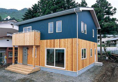 ガルバリウムと木を組み合わせたおしゃれ外壁の家の画像集 木目 紺 黒 色 目隠し 塗装 家 外観 おしゃれ 平屋 マイホーム 外観 家