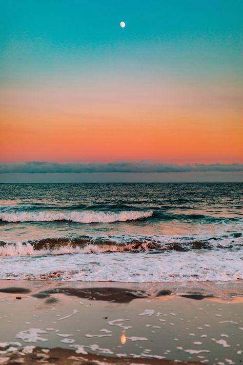 Preparamos esse texto para você entender o que é cromoterapia, como funciona o tratamento e quais os significados das cores. Dessa forma, você passa a prestar mais atenção no seu dia a dia e espaço, modificando as cores e experimentando o equilíbrio entre o que elas propõem e o que você está precisando. Strand Wallpaper, Ocean Wallpaper, Beach Sunset Wallpaper, Iphone Wallpaper, Beach Images, Beach Pictures, Sunset Images, Ocean Photos, Colorful Pictures