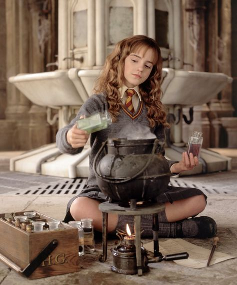 "Emma Watson als ""Hermine Granger"" in ""Harry Potter"". Harry Potter Tumblr, Harry Potter World, Dobby Harry Potter, Cosplay Harry Potter, Ron Y Hermione, Images Harry Potter, Estilo Harry Potter, Saga Harry Potter, Mundo Harry Potter"
