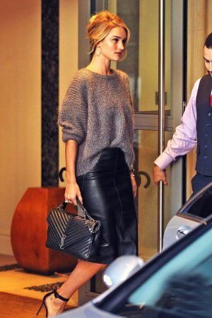 Rosie Huntington-Whiteley in a leather pencil skirt, gray sweater, YSL bag, and heels - click through for more fall outfit ideas Black Leather Skirt Outfits, Black Pencil Skirt Outfit, Black Leather Pencil Skirt, Leather Midi Skirt, Casual Pencil Skirt Outfits, Tight Skirt Outfit, Mode Chic, Mode Style, Winter Outfits