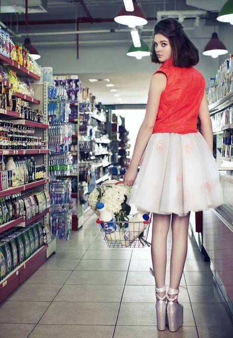 В супермаркете под юбкой фото, напоили в хлам жену