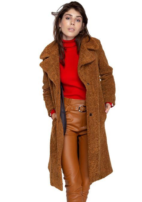 Abrigo Mick Camel Saint Malé: Exclusivos diseños de vestuario femenino marca Saint-Malē, confeccionados con estilo y calidad. Diseños Inspirados en una mujer moderna, real y elegante. Queremos asegurar tu satisfacción facilitando cambios o devoluciones, revisa las garantías que entregamos.   Prenda de calce regular Color Camel Tela Polar Cuello con terminacion en V La modelo utiliza talla S La prenda talla S mide aproximadamente: Busto: 100cms. Cadera: 108cms. Largo total: 105cms 100% Polyéste