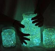 Was für eine schöne Idee :) Bring alte Marmeladengläser zum leuchten! Einfach wie auf dem Bild das Glas mit Nachtleuchtfarbe (Die Farbe findet ihr unter diesem Link: 8 x Nachtleuchtfarben Glow In The Dark UV Neon Schwarzlicht ) betupfen.