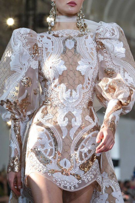 Elie Saab Spring Summer 2020 Haute Couture fashion show at Paris Couture Week (January Elie Saab Haute Couture, Haute Couture Paris, Style Haute Couture, Spring Couture, Haute Couture Dresses, Couture Details, Runway Fashion, High Fashion, Fashion Show