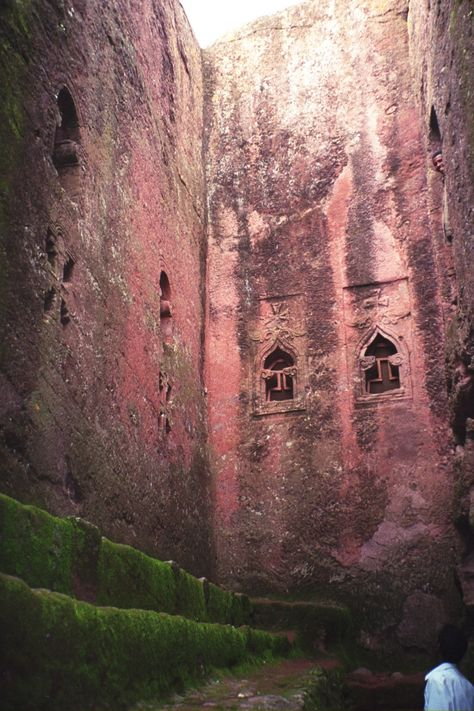 Lalibela is a small town at an altitude of almost 2,800 m in the Ethiopian highlands. It is surrounded by a rocky, dry area. Here in the 13th century devout Christians began hewing out the red volcanic rock to create 13 churches.