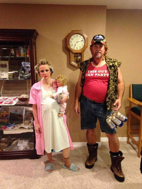 Meine Eltern gehen auf eine Party als Trailer-Müll - Karneval - # Karneval # El. My parents go to a party as trailer garbage - Carnival - # Carnival # Parents # . - Pregnant Tips White Trash Party Outfits, White Trash Costume, White Trash Bash, 80s Party Outfits, White Trash Outfit, Hillbilly Costume, Redneck Costume, Hillbilly Party, Redneck Outfits