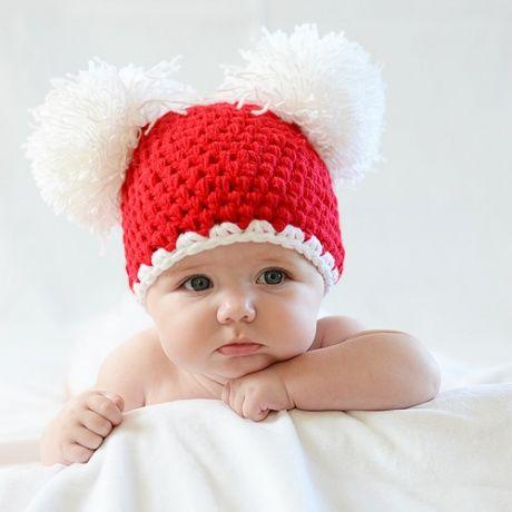 Gorro crochet Navidad para bebé Divertido gorro rojo de croche hecho a mano con dos pompones enormes en blanco. Ideal para sacar fotos a tu bebé o recién nacido y felicitar las Navidades. Tamaño de 0- 5 meses. 19,90 €