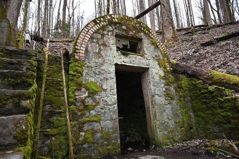 Have you heard of the Voorheis Estate and the House of the Fairies? Visit My Smokies has the details on this and other secret spots in the Smoky Mountains. Haunted Places, Abandoned Places, Abandoned Houses, Places To Travel, Places To See, Mountain Vacations, Smoky Mountain National Park, Cades Cove, Secret Places