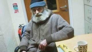 Image copyright                  RTE                  Image caption                     En enero de 2013 Kevin McGeever apareció con una barba tupida y 35 kilos menos.   Kevin McGeever apareció a un costado de una carretera rural, empapado y demacrado. No llevaba zapatos y había cubierto su esquelética figura con un pedazo de plástico. Catherine Vallely pasaba por allí con una amiga cuando los faros de su coche alumbraron al hombre y, como vestía uno