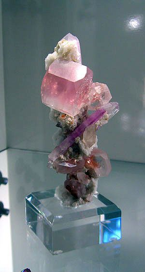 Morganite and kunzite. Another jazzy composition by Mother Nature. (Photo: Bill Larson)