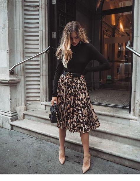 Black blouse and leo printed midi skirt - Midi Skirts - Ideas of Midi Skirts- Blusa negra y falda midi leo estampada.