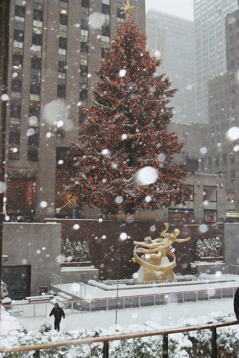 Rockefeller Center, New York City New York Christmas, Christmas Mood, Merry Christmas, Christmas Ideas, Christmas Scenes, New York Winter, New York Weihnachten, Christmas Aesthetic, Rockefeller Center