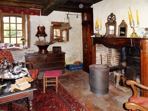 Monument Historique XVème à vendre en Bourbonnais (03) : château fort, cheminée de la maison de régisseur