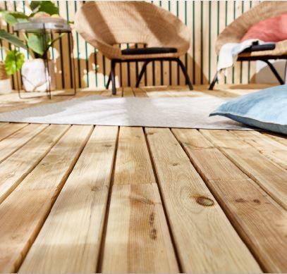 Ces Lames En Pin Naturel Apporteront Chaleur Et Cachet A Votre Terrasse Choisissez Un Salon De Jardin En Ro Lame Terrasse Tapis De Sol Exterieur Terrasse Bois