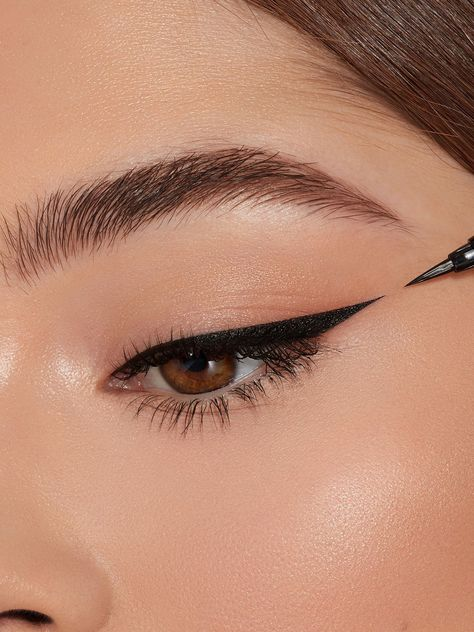 Liquid Kyliner Bundle includes:1 X Brown Kyliner Liquid Liner Pen1 X Black Kyliner Liquid Liner Pen The new Kylie Liquid Liner Pen features a brush tip to provide precise application. The highly pigmented and ultra-saturated formula dries quickly and doesn't fade or transfer, leaving a beautiful and precise line. ||| Contains: 2 Liquid Liner Pen (0.019 fl oz/ 0.55 ml)