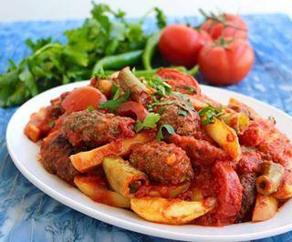 Izmir Kofte Turkiska Kottfarsbiffar Som Varvas I En Form Tillsammans Med Stekt Potatis Tomatklyftor Och Sivri Turkisk Paprika Recept Stekt Potatis Turkiska