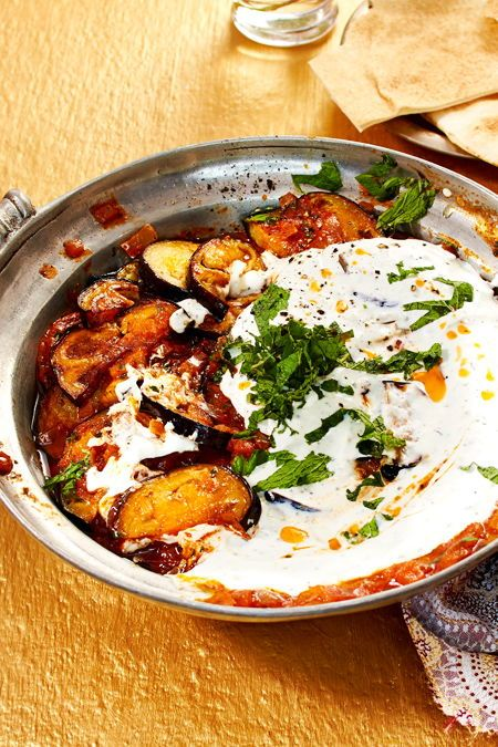 Ein afghanisches Gericht zum Niederknien: Gebratenen Auberginen in würziger Tomatensoße und mit #Knoblauchquark on top. Dazu gibt's Fladenbrot. #aubergine #tomate #gebacken #minze #afghanisch #lecker