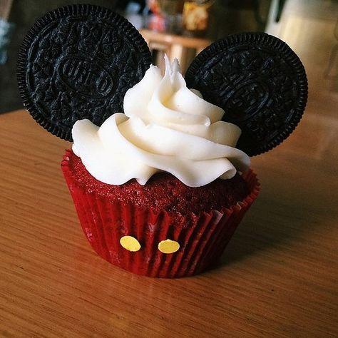 Pin for Later: Your Inner Child Will Go Wild For These Disney Cupcakes Classic Mickey Ears Mickey Mouse Torte, Mickey Mouse Cupcakes, Mickey Mouse Parties, Mickey Ears, Disney Parties, Adult Disney Party, Mickey Mouse Desserts, Mickey Mouse Treats, Parties Kids