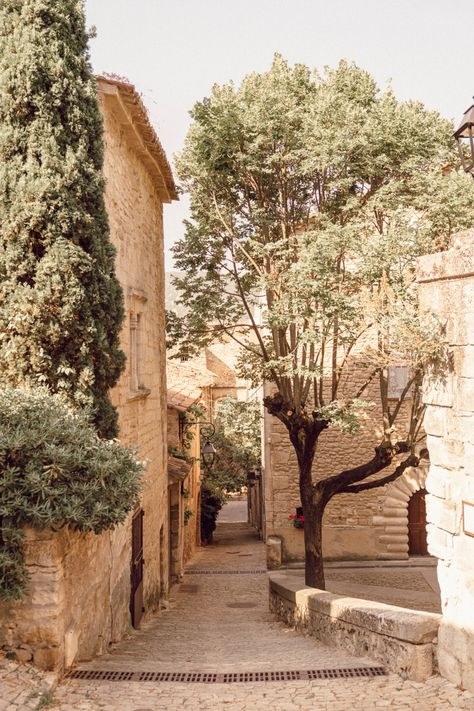 La Provence : Bonnieux, Apt, Lacoste et Lourmarin — Mode and The City Luberon Provence, Provence France, Yogyakarta, Places To Travel, Places To Visit, City Road, South Of France, Travel Aesthetic, Adventure Is Out There