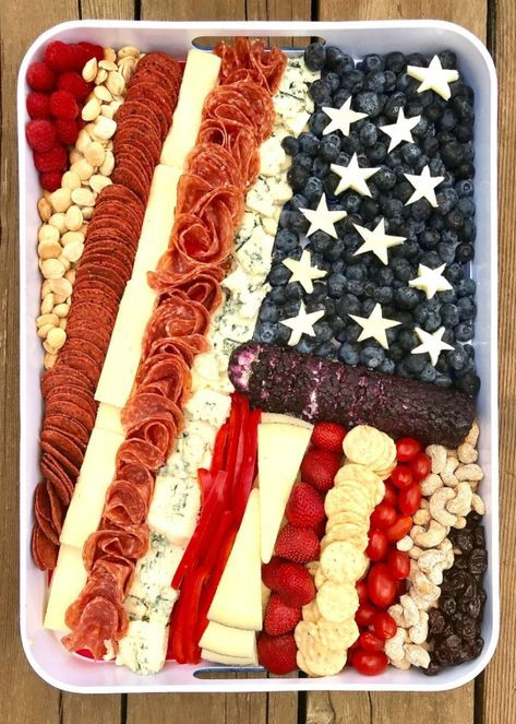 This American Flag Cheese Tray is such a cute and clever way to serve snacks on the of July, Memorial Day and Labor Day! This American Flag Cheese Tray is such a cute and clever way to serve snacks on the of July, Memorial Day and Labor Day! 4th Of July Desserts, Fourth Of July Food, 4th Of July Party, July 4th, Patriotic Party, Patriotic Crafts, July Crafts, Bbq Party, Snacks Für Party