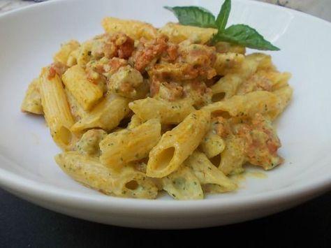 Le mezze penne con crema di zucchine e salsiccia fresca sono un primo piatto davvero stuzzicante, sostanzioso e saporito.