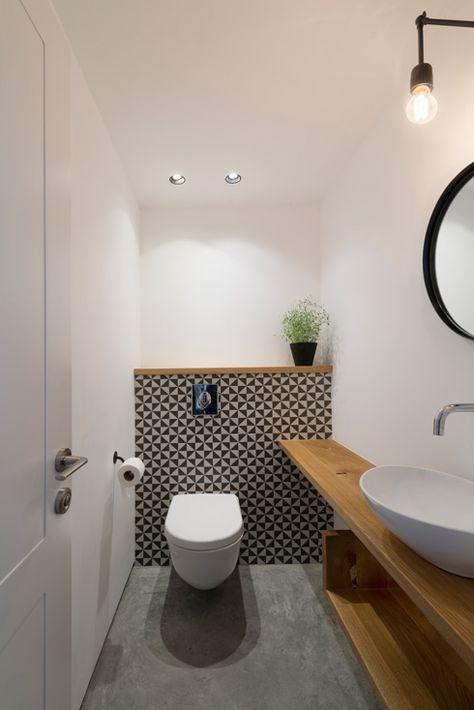 Une planche qui supporte le lavabo et longe tout le mur pour y poser des choses