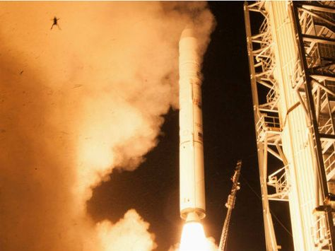 """Um sapo é visto """"voando"""" durante o lançamento de um veículo espacial da Nasa em Virgínia, nos Estados Unidos. (6/9/2013)"""
