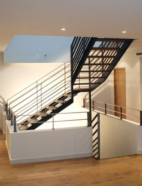 Menuiserie aluminium noir #loft #béton #menuiserie #aluminium - escalier interieur de villa