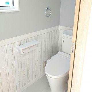 バス トイレ Lixil グレーの壁 木目調壁紙 水色の壁紙 などの