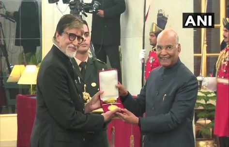 Amitabh Bachchan's grandfather Saheb Phalke honored with the award   New Delhi 29 December 2019 Sunday  Today's Amitabh Bachchan has been honored with the greatest honor of the century. He has been honored with the Grand Prize of the Grand Prize today.  Amitabh Bachchan was honored with the Baba Saheb Phalke Award by President Ram Nath Kovind on Sunday. At that time the Vice-President distributed the film awards.  Amitabh Bachchan said - I thank the members of the government the Ministry of Info