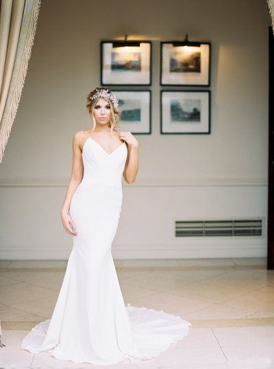 Plain Fitted Bridal Dress Venus Suzanne Neville Luxury Uk Wedding At Four Seasons Hampsh In 2020 Stunning Wedding Dresses Plain Wedding Dress Wedding Dresses Lace