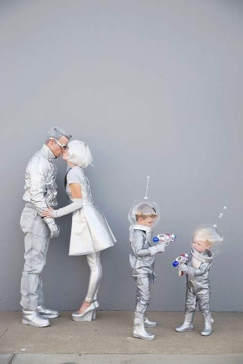 Family-futuristic-costume---Tell-love-and-Party Learn how to create these fun DIY space family costumes for Halloween. Clever Halloween Costumes, Looks Halloween, Witch Costumes, Creative Costumes, Carnival Costumes, Cool Costumes, Halloween Party, Alien Costumes, Costume Ideas