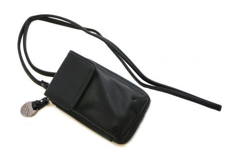 Ulrikan hieno kännykkälaukku. Laukku on pieni ja näin helppo heittää olan yli kun mukaan ei tarvitse paljoa! Tyylikkäässä laukussa menee puhelin ja vetoketjulliseen taskuun mahtuu esimerkiksi kortit ja käteinen raha - BeBag.fi