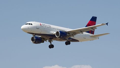 Delta Air Lines Plane S Nose Gear Exits Taxiway At Kansas City