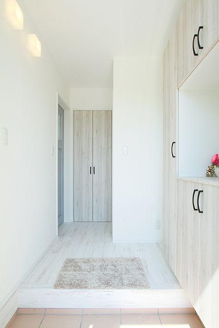 フレンチモダン 南欧風内装と 鉄骨階段の広々明るいリビングの家