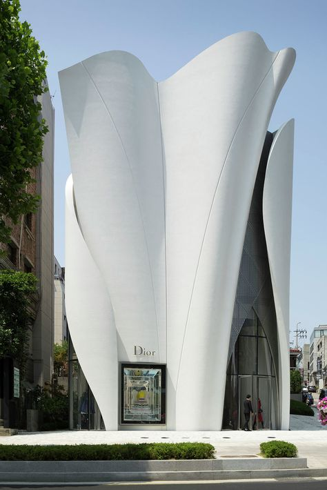 """Construido en 2015 en Seoul, Corea del Sur. Imagenes por Nicolas Borel. """"Quería que el edificio para representara a Dior y reflejase el trabajo de Christian Dior. Así, quería las superficies fluyeran, como la suave tela..."""