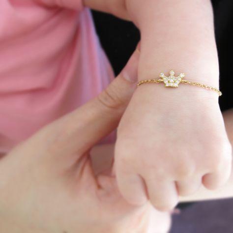 Baby Sofia com pulseira coroa diamantes em ouro / baby sofia with the crown bracelet in gold and diamonds